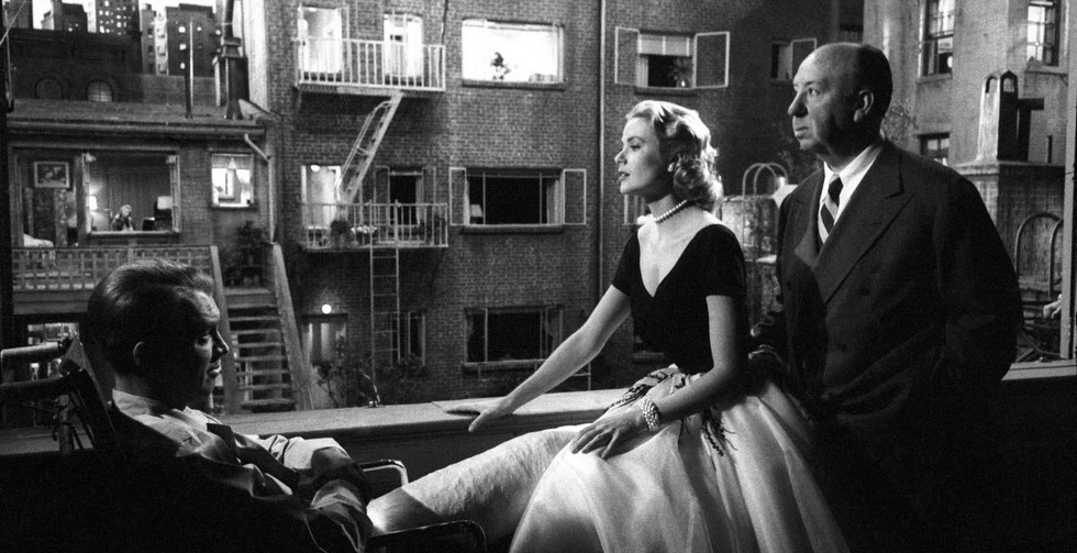 grace-kelly-jimmy-stewart-alfred-hitchcock-filming-rear-window