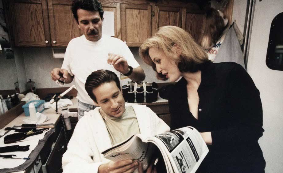 David-Duchovny-and-Gillian-Anderson-on-the-set-of-The-X-Files